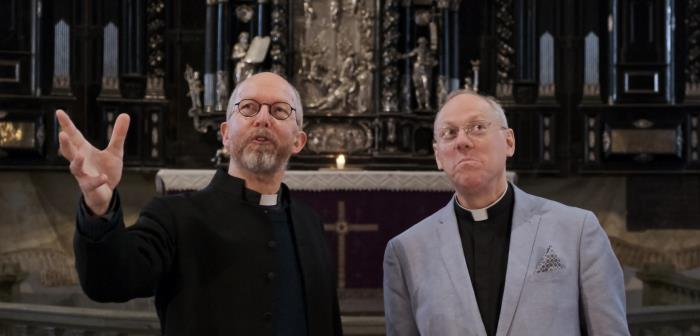 Stockholm Cathedral is undergoing an external renovation. The Cathedral will be open during the time. Here you meet Nick Howe and Ulf Lindgren who informs and guides you through the church and why we are renovating the Cathedral. Welcome!