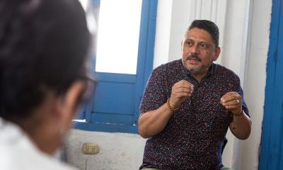 I Centralamerika är det könsbaserade våldet utbrett och kvinnor utnyttjas många gånger i männens maktspel. Larry Madrigal leder samtalsgrupper för kvinnor och män där man diskuterar destruktiva könsroller och vad man kan göra för att motverka våld i samhället.