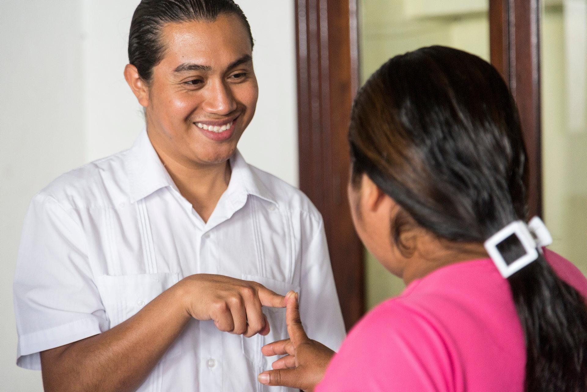 Centralamerika är en av världens mest våldsamma regioner. Våldet drabbar särskilt kvinnor, barn och unga. Genom att ge en gåva bidrar du till att utsatta grupper kan utkräva sina rättigheter och till aktiviteter som motverkar våld, förtryck och destruktiva könsroller.