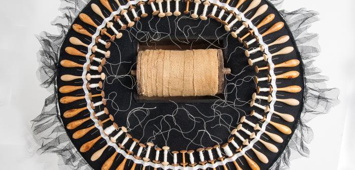 Anna Sjöns är en gränsöverskridande textilkonstnär verksam i Falun. Arbetar med installationer och gestalter i återbruksmaterial.