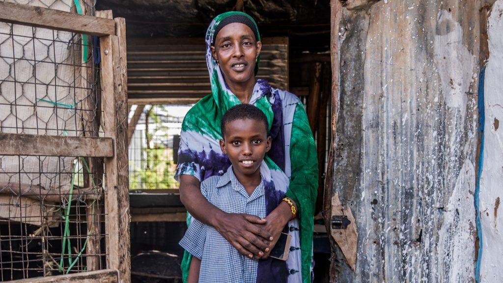 Efter tolv år i flyktinglägret har flerbarnsmamman Nadiwas hopp om att komma därifrån falnat, men livsglöden har inte brunnit ut. Med hjälp av en spargrupp har hon startat en mataffär och hennes omsorger räcker även för Mohammed - ett av många föräldralösa barn.