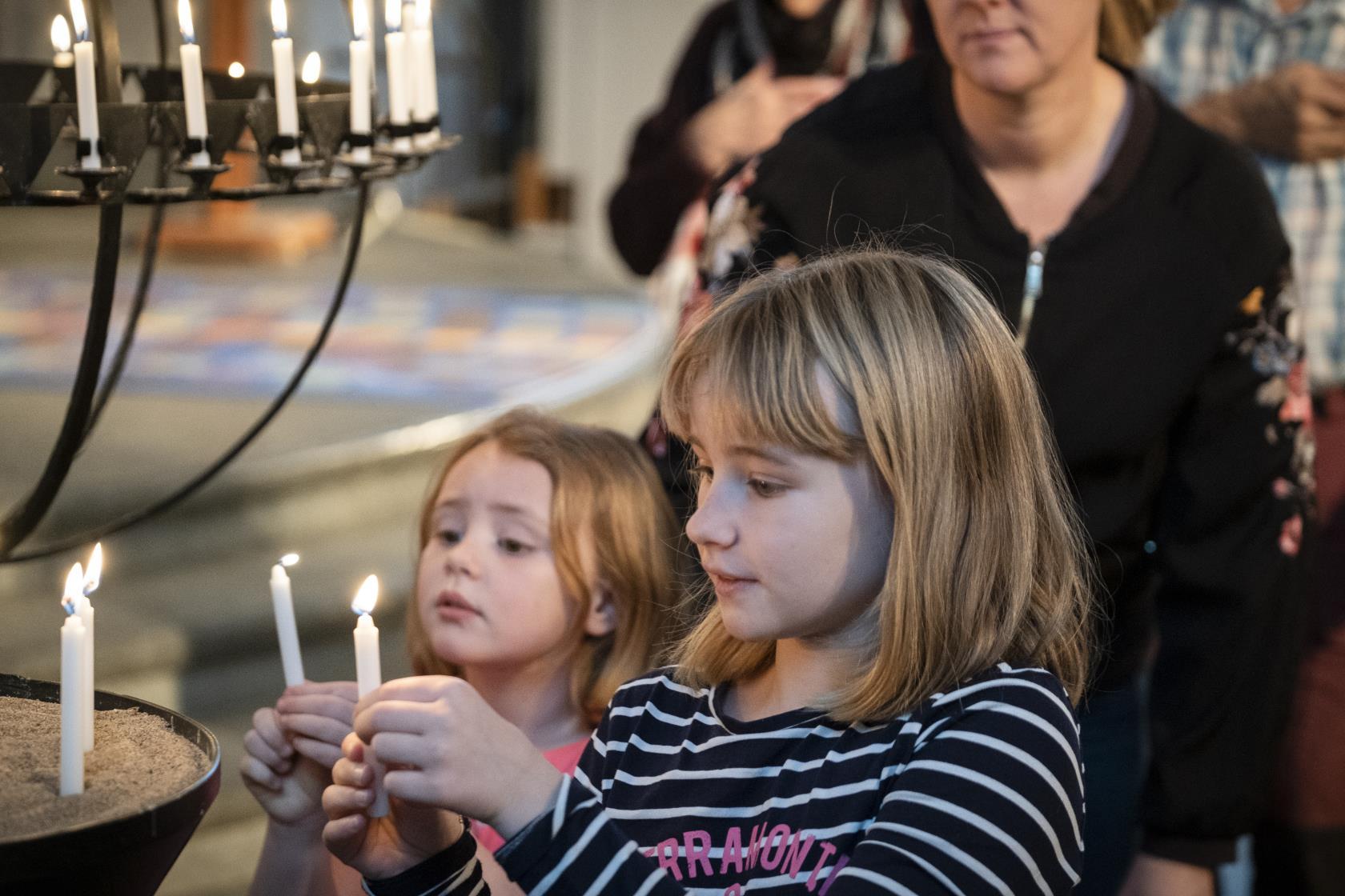Familjegudstjänst i Boden med nattvard. Barnkör sjunger och deltar nattvarden. En mässa med barn och vuxna. Barn spelade orgel.
