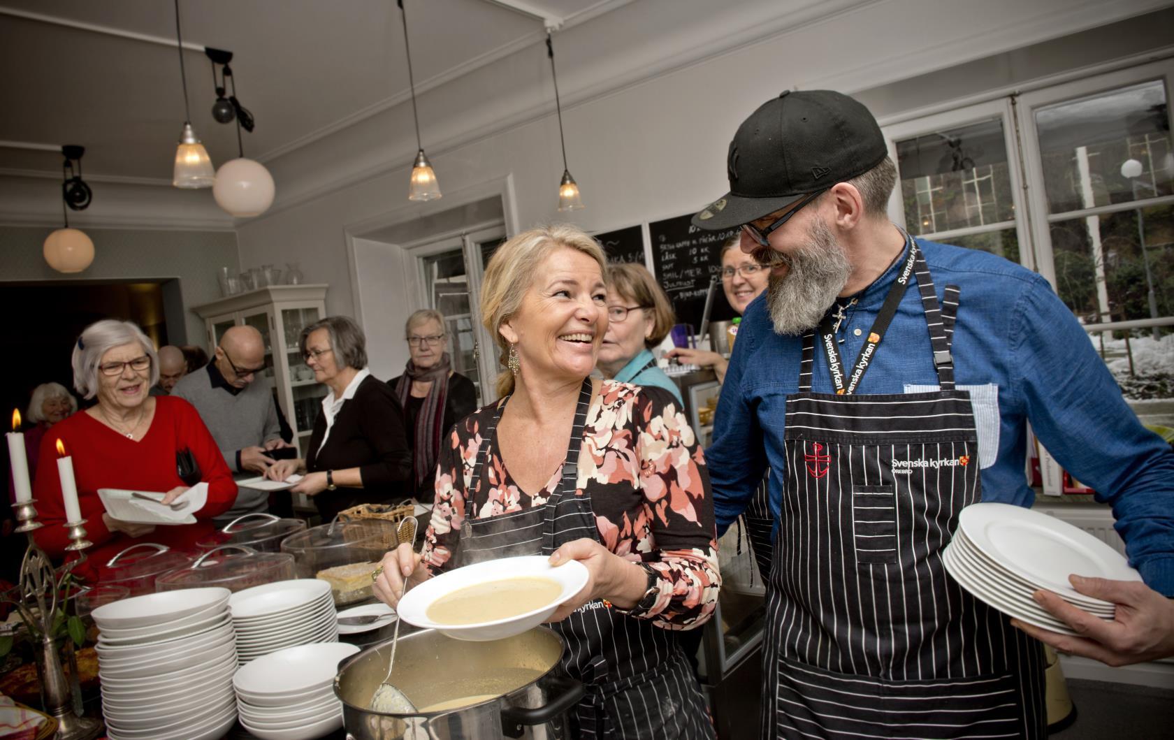 Att arbeta i Svenska kyrkan innebär att arbeta för något du tror på, och oftast arbete med människor på olika sätt. Bilden föreställer två personer som jobbar i Café Nikolai under en sopplunch.